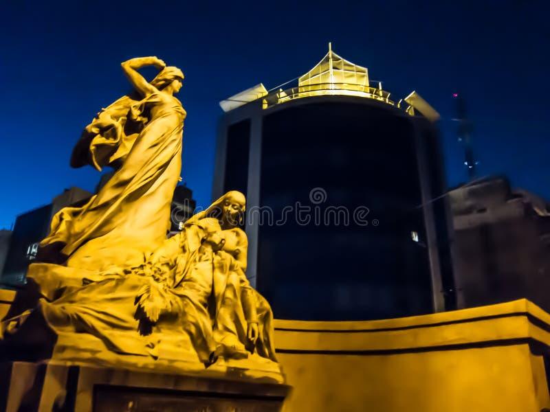 Ange de marbre sur le cimetière avec l'éclair photographie stock libre de droits