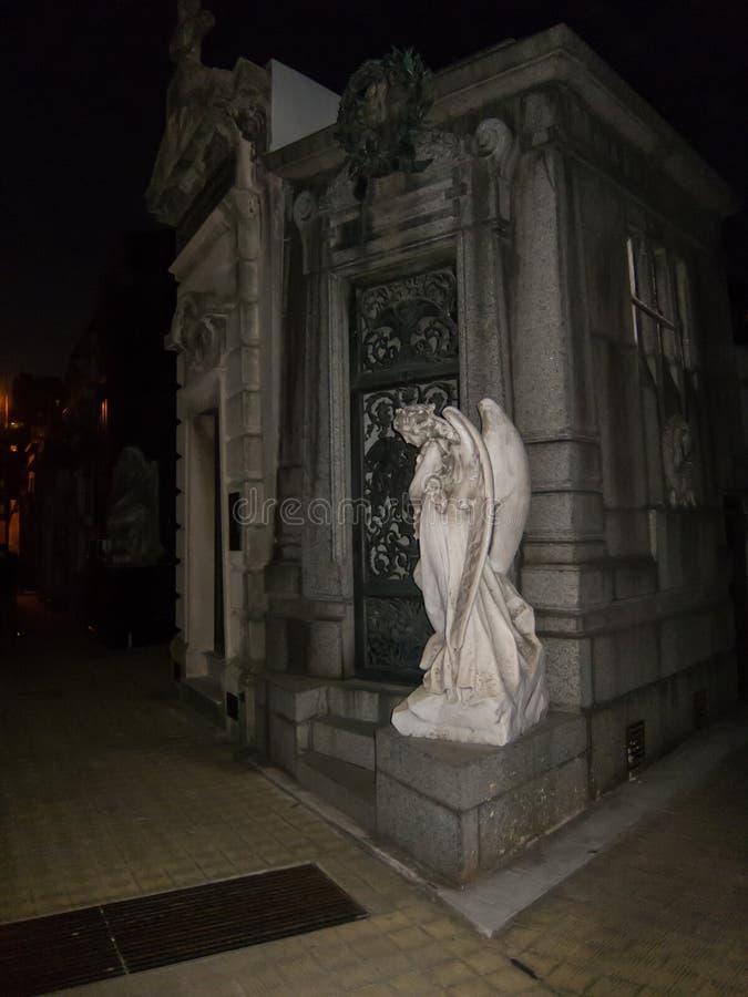 Ange de marbre sur le cimetière avec l'éclair image stock