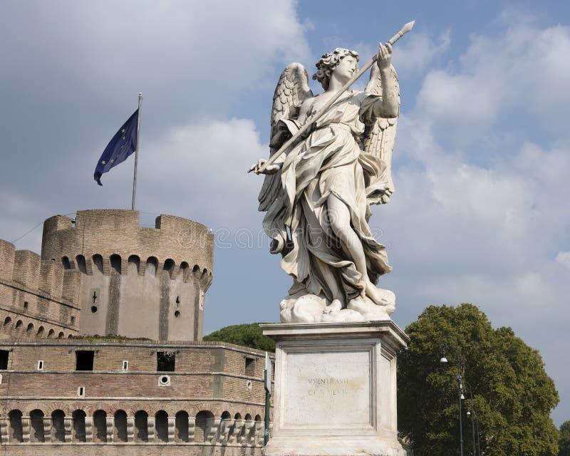 Ange de marbre tenant la lance de Longinis sur le ` Angelo de Ponte Sant photographie stock libre de droits