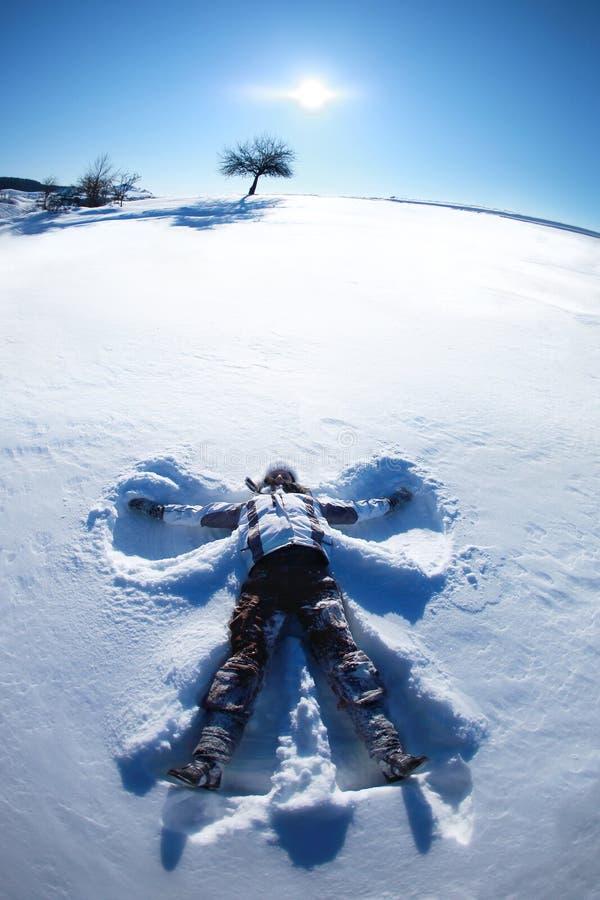 Ange de neige sur une colline photographie stock libre de droits
