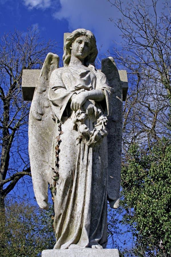 Ange et croix photographie stock libre de droits