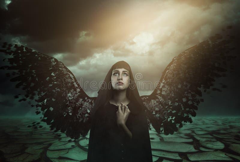 Ange foncé avec les ailes cassées image libre de droits