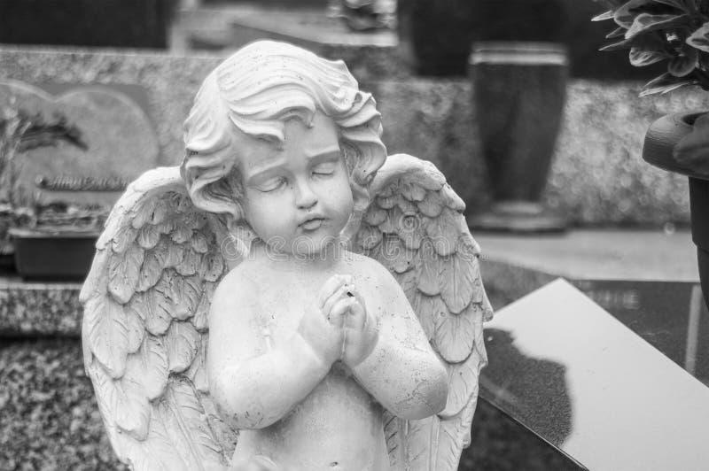 Ange lapidé au cimetière photographie stock libre de droits