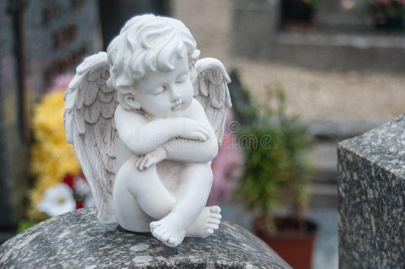 Ange lapidé au cimetière image stock