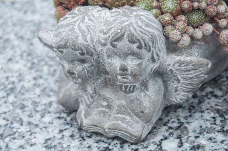 Ange lapidé au cimetière photos stock