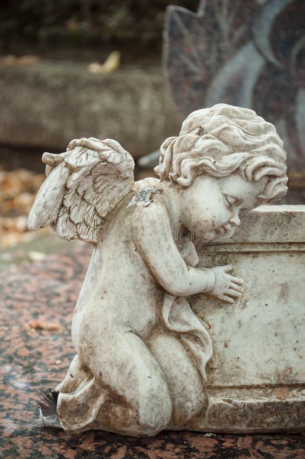 Ange lapidé dans le cimetière photo stock