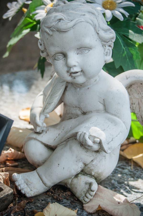 Ange lapidé dans le cimetière photographie stock libre de droits