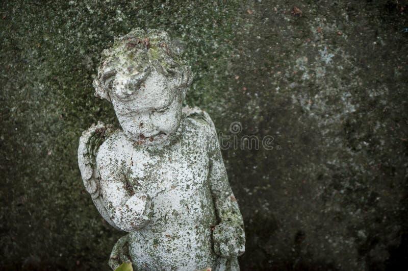 Ange lapidé dans le cimetière images stock
