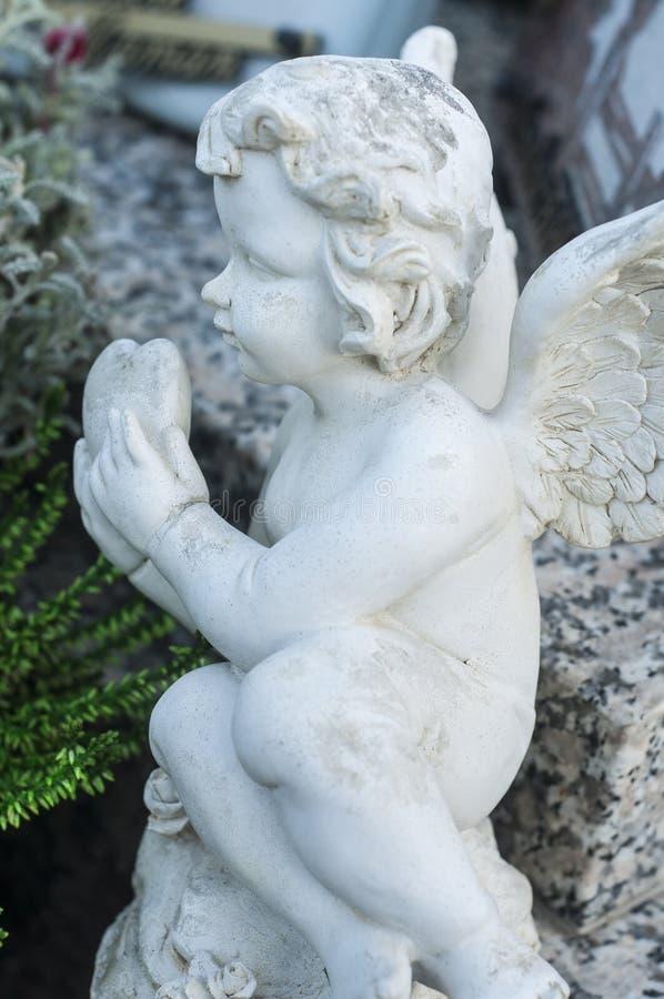 ange lapidé dans un cimetière images libres de droits