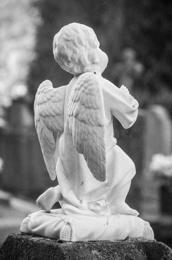 ange lapidé dans un cimetière images stock