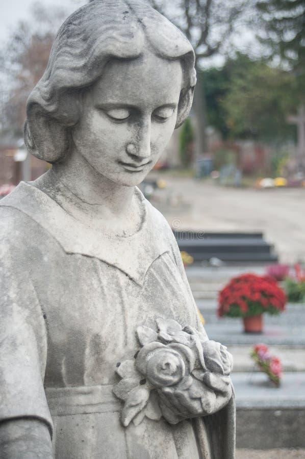 ange lapidé dans un cimetière photographie stock