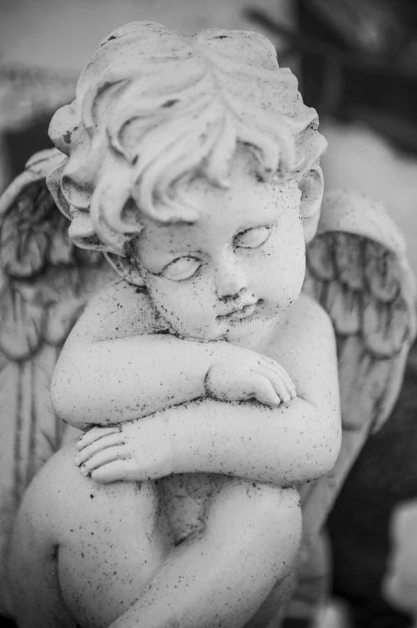 Ange lapidé sur la tombe dans le cimetière photos libres de droits