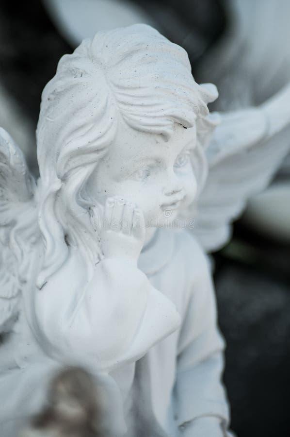 Ange lapidé sur la tombe dans le cimetière images libres de droits