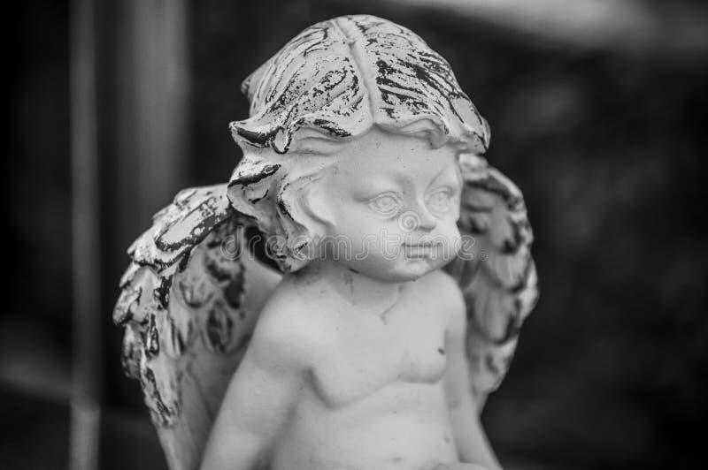 Ange lapidé sur la tombe dans le cimetière photographie stock libre de droits