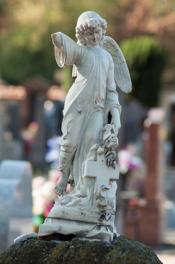 ange lapidé sur la tombe dans un cimetière images stock