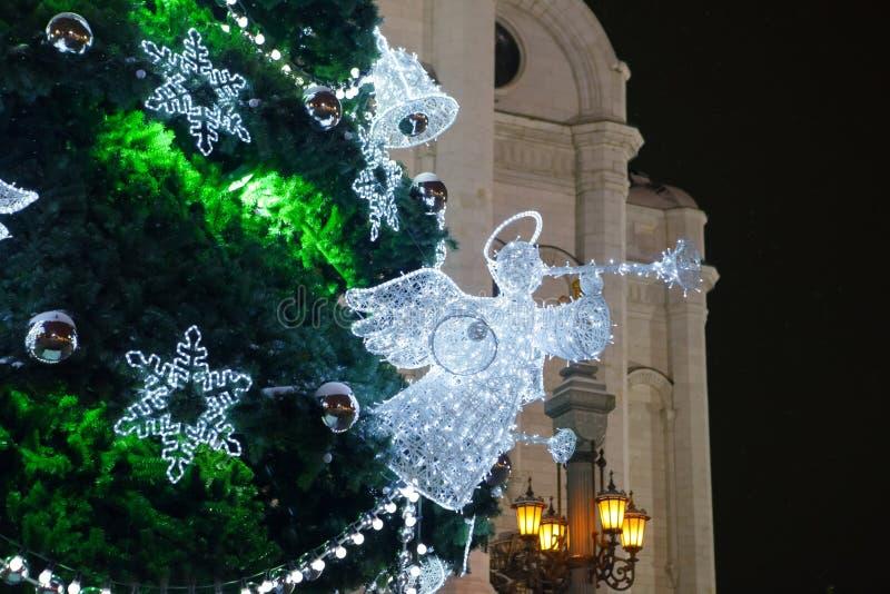 Ange sur l'arbre de Noël avec le klaxon photographie stock libre de droits