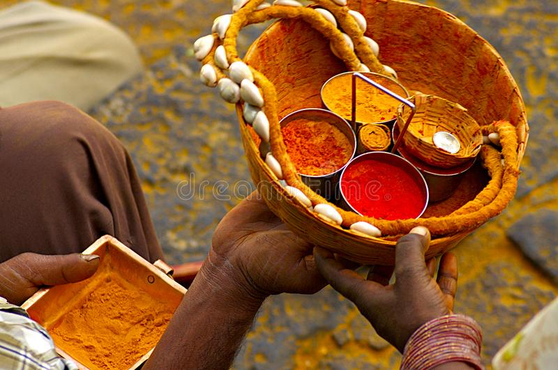 Angebot am Tempel, Jejuri, Maharashtra lizenzfreies stockbild