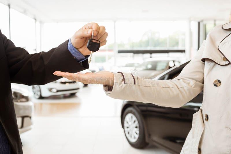 Angebotautoschlüssel des Verkäufers zu Kunden lizenzfreie stockfotos