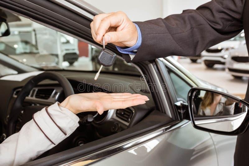 Angebotautoschlüssel des Verkäufers zu Kunden lizenzfreie stockbilder