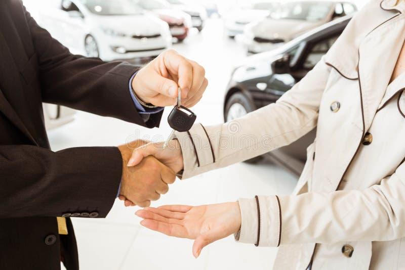 Angebotautoschlüssel des Verkäufers zu Kunden stockbild