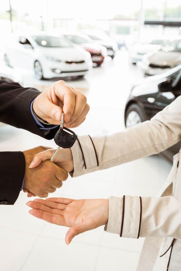 Angebotautoschlüssel des Verkäufers zu Kunden stockfotos