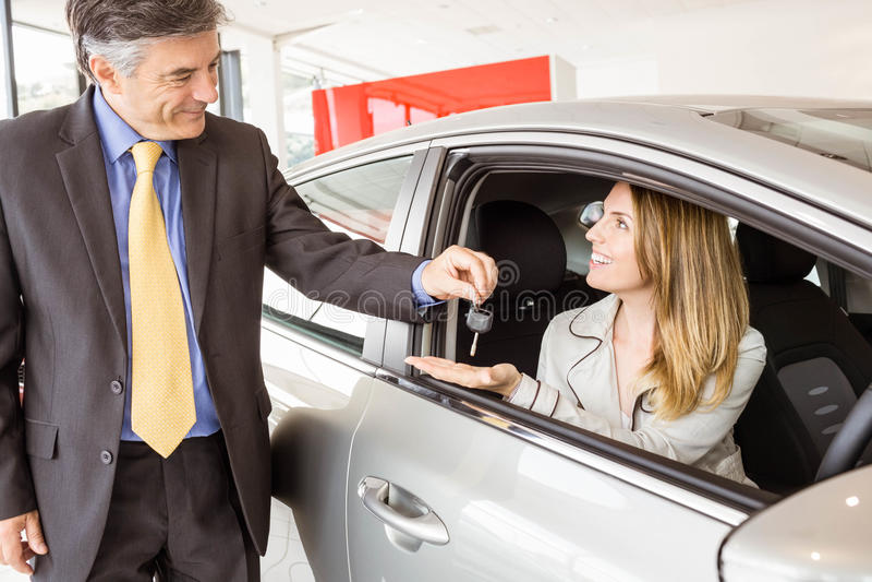 Angebotautoschlüssel des Verkäufers zu Kunden lizenzfreies stockbild