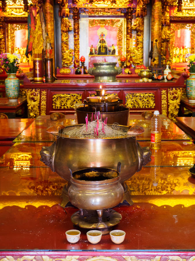 Angebote in einem chinesischen Tempel in Georgetown, Penang, Malaysia stockfoto