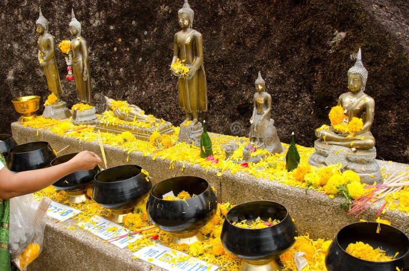 Angebote an einem thailändischen Tempel lizenzfreies stockfoto