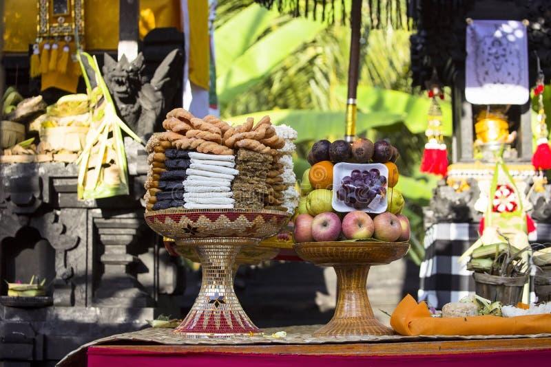 Angebote zu den Göttern während einer Familienfeier, Nusa Penida, Indonesien lizenzfreie stockbilder