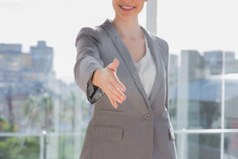 Angebothand der Geschäftsfrau für Händedruck stockbilder
