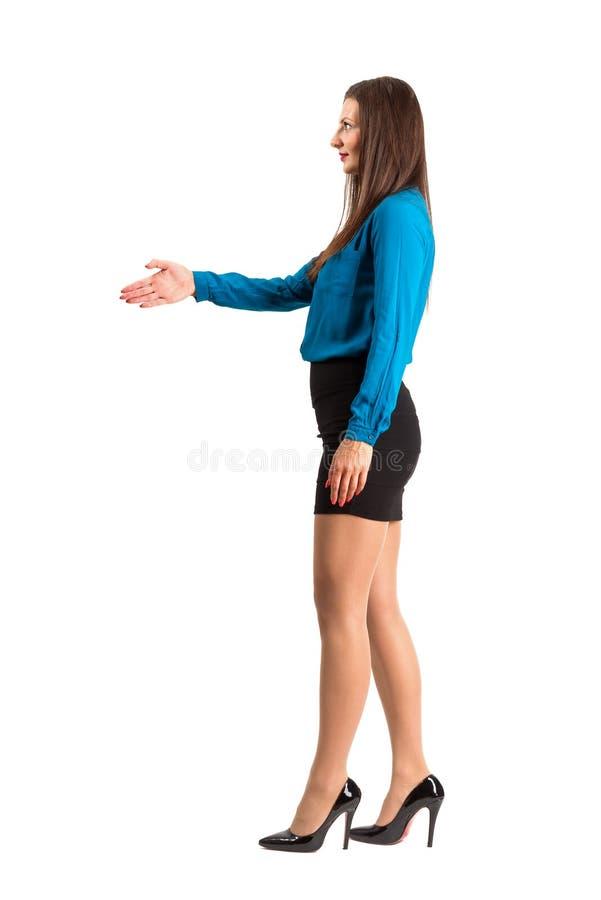 Angebothand der Geschäftsfrau für Händedruck lizenzfreie stockfotos