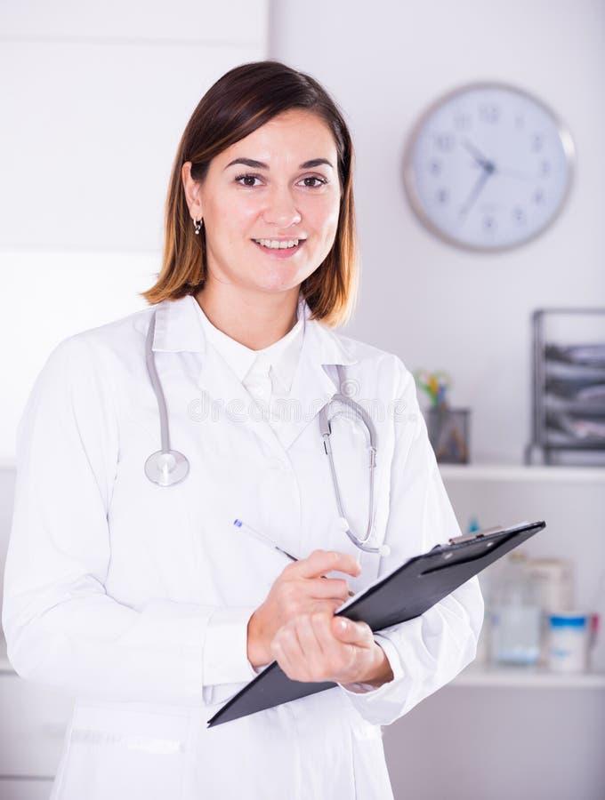 Angebothilfe der Ärztin stockfotos