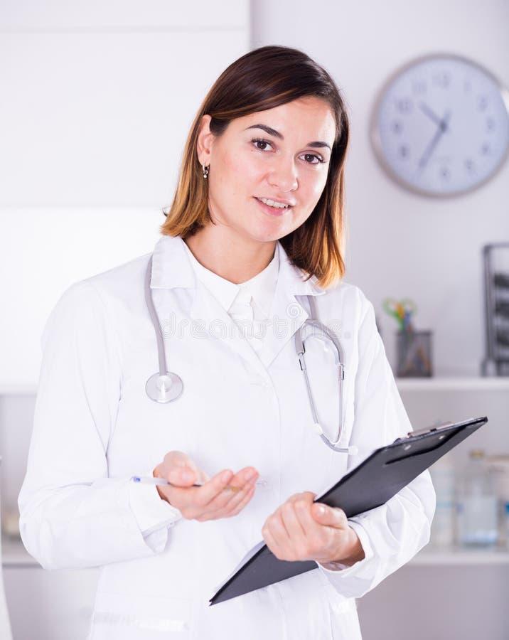 Angebothilfe der Ärztin stockbilder
