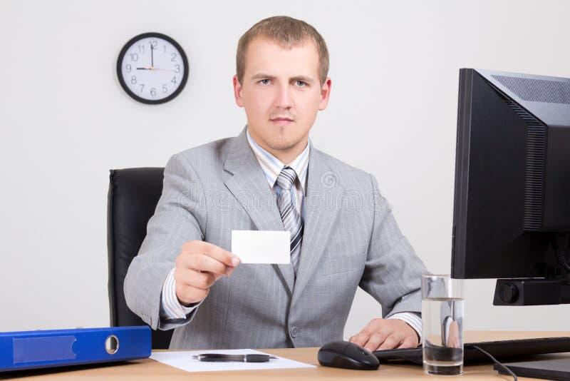 Angebotkarte des Geschäftsmannes in seinem Büro lizenzfreie stockbilder