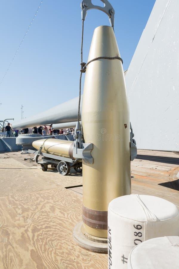 Angebrachte Artillerie an Bord des Schlachtschiffs USS Iowa stockfotos