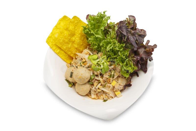 Angebratene frische Reis-Nudeln mit gehackten Schweinefleisch- und Fleischbällen auf lokalisiertem weißem Hintergrund lizenzfreies stockfoto