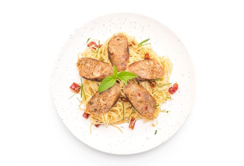 Angebratene Spaghettis mit Sai Aua (thailändische würzige Wurst Notrhern) stockfoto
