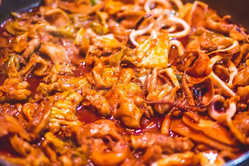 Angebratener Kalmar und Huhn mit Gemüse stockbild
