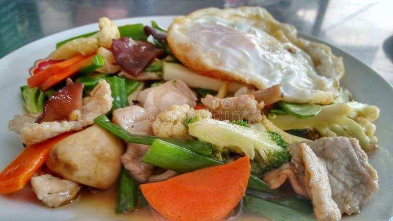 Angebratenes Gemüse mit Huhn und Ei stockfotografie