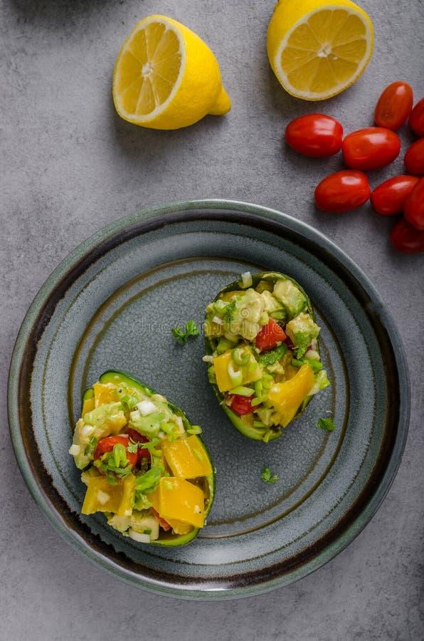 Angefüllte Avocado mit Gemüse stockfotos