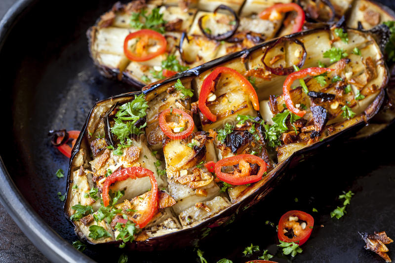 Angefüllte gebratene Aubergine mit Knoblauch und Paprika lizenzfreies stockfoto