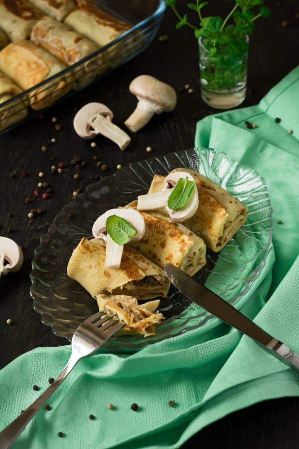 Angefüllte Pilze der selbst gemachten Pfannkuchen stockbild