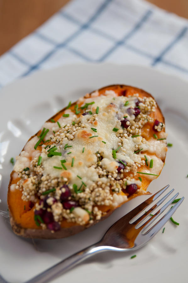 Angefüllte Süßkartoffeln mit Quinoa lizenzfreies stockfoto