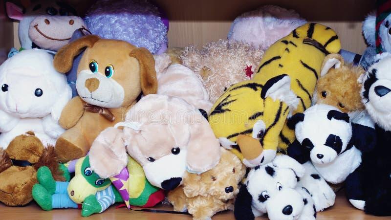 Angefüllte weiche Tierspielwaren, die auf ein Kind warten, um zu spielen lizenzfreie stockfotografie