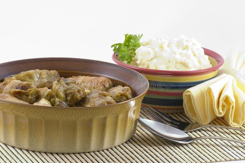 Angefüllter Kohl und Kartoffeln stockfotos