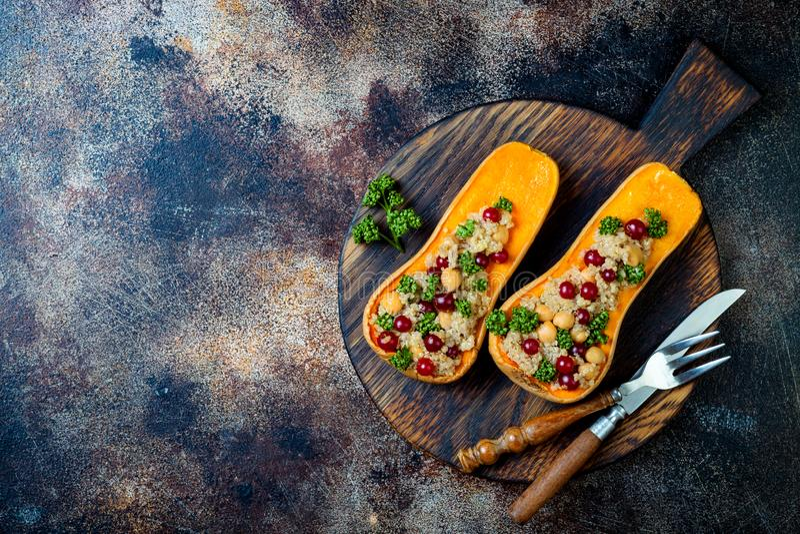 Angefüllter Moschuskürbis mit Kichererbsen, Moosbeeren, Quinoa kochte in der Muskatnuss, Nelken, Zimt Danksagungsabendessenrezept lizenzfreie stockfotos
