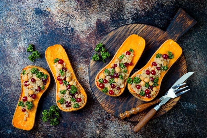 Angefüllter Moschuskürbis mit Kichererbsen, Moosbeeren, Quinoa kochte in der Muskatnuss, Nelken, Zimt Danksagungsabendessenrezept lizenzfreie stockfotografie