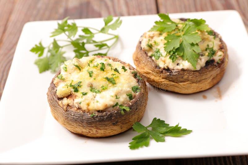 Angefüllter Pilz mit Käse lizenzfreie stockfotografie