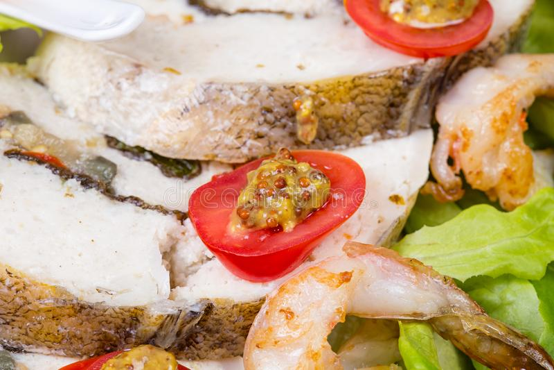 Angefüllter Seebarsch mit Garnele und Salat stockfotos