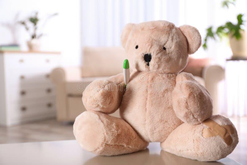 Angefüllter Teddybär betreffen Tabelle im Kinderkrankenhaus lizenzfreie stockfotos